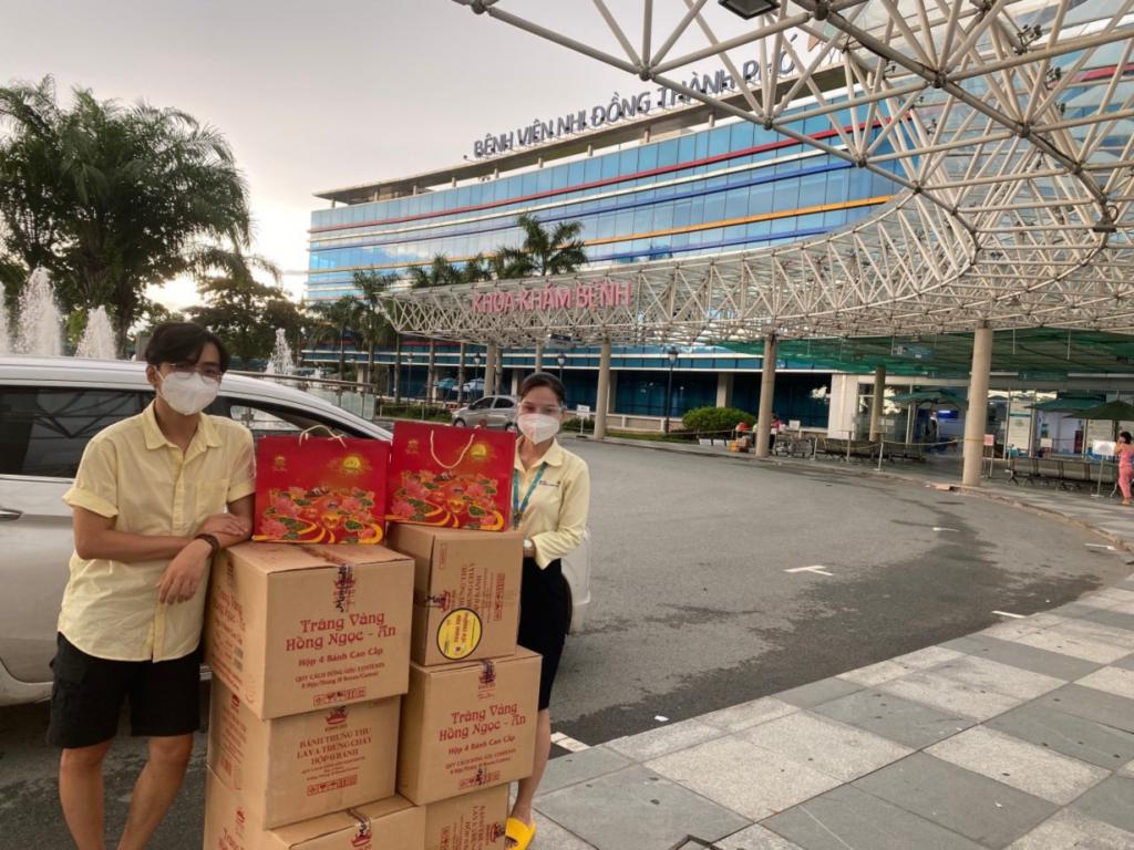 Trao tặng Bánh trung thu tại BV Nhi Đồng Thành phố