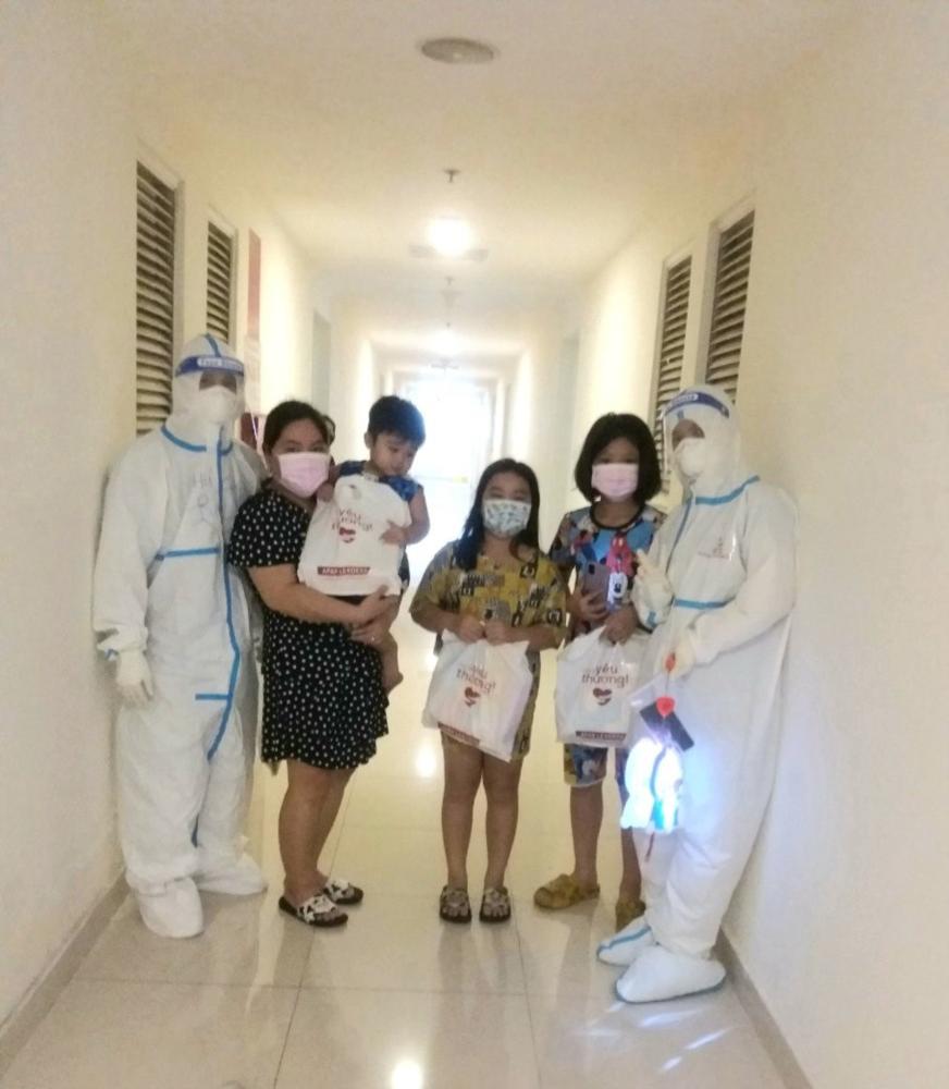 Nhân viên y tế BV dã chiến số 8 tổ chức phát quà trung thu cho các bệnh nhi